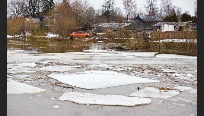 Jelgavas novadā plūdu dēļ 170 mājas bez elektrības; ledus apdraud applūdušas mājas apkārtnē