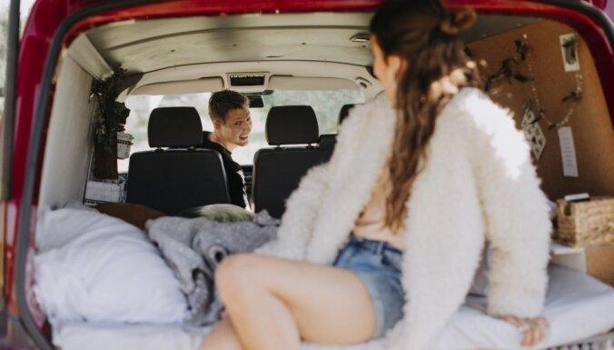 Pamest ikdienu un ar busiņu doties lielajā dzīves ceļojumā – Madaras un Emīla stāsts