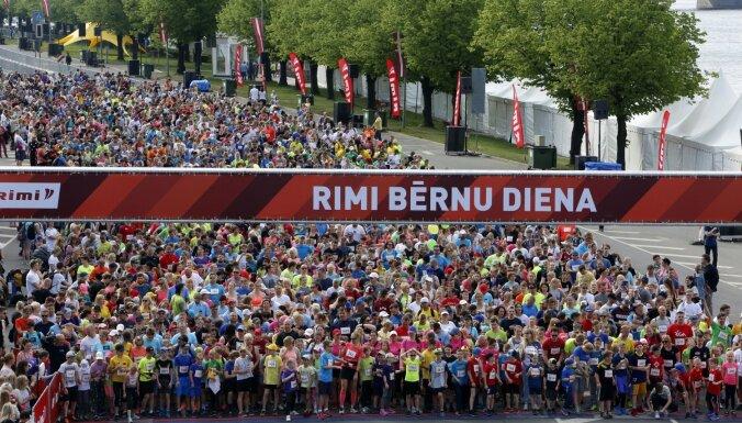 ФОТО: Детский и семейный забеги в Риге собрали сотни участников