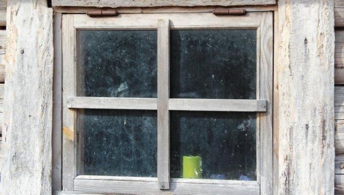 Carnikavā un Rīgā deg neapsaimniekotas ēkas