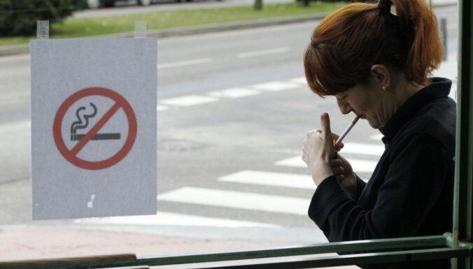 Pieņem jaunus smēķēšanas ierobežojumus; pagaidām neliedz pīpēt automašīnā