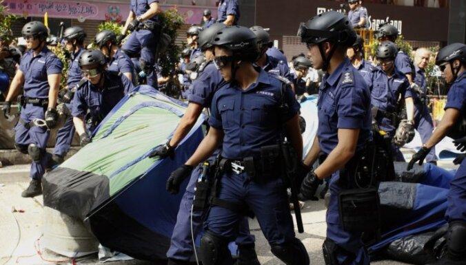 Honkongas policija nojauc protestētāju nometni un arestē protestētāju līderus