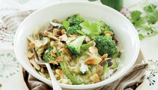 Rīsi ar dārzeņiem eksotiskā zaļā karija mērcē