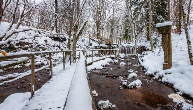 Foto: Sniegota pastaiga pa Ieriķu dzirnavu dabas taku