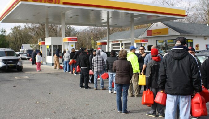 Vairākos ASV štatos izsludināts ārkārtas stāvoklis, jo cilvēki panikā veido degvielas krājumus