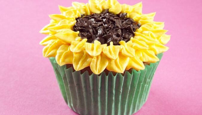 Glazūrkūciņas jeb kapkeiki ar sviesta krēma saulespuķēm