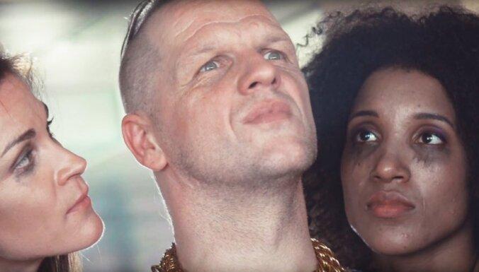 Aizkadru foto: 'Dzelzs vilks' veido izaicinošu mūzikas video