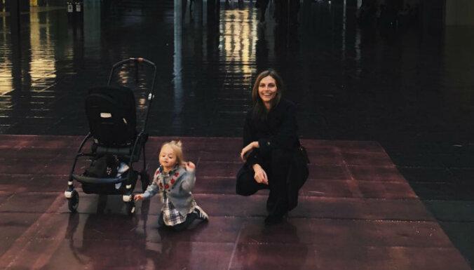 Modele Karlīna Caune ar ģimeni pārcēlusies uz Londonu