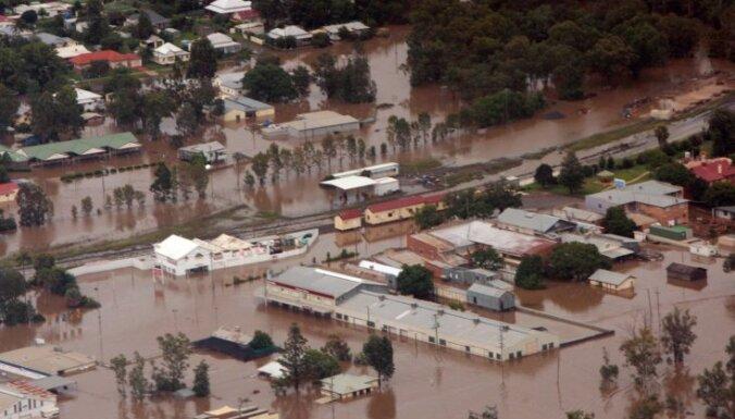 Austrālijā plūdu dēļ evakuē tūkstoti cilvēku