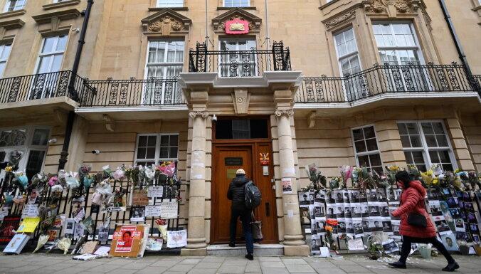 Huntas atbalstītāji pārņēmuši kontroli pār Mjanmas vēstniecību Londonā