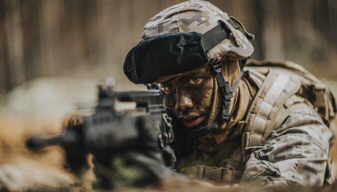 Foto: Jaunie karavīri apgūst Militārās pamatapmācības kursu Alūksnē