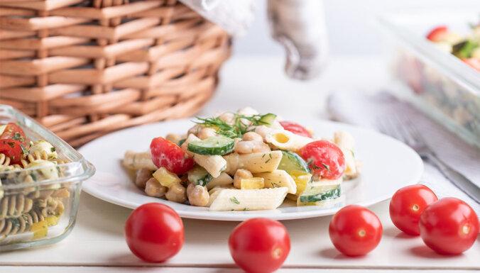 Makaronu salāti ar turku zirņiem un garnelēm