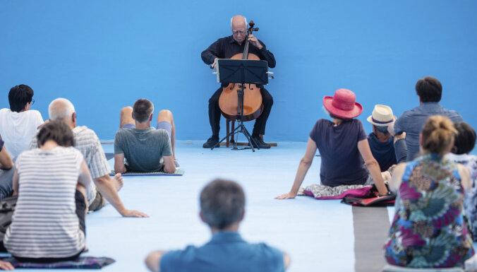 ФОТО: В Германии виолончелист дал концерт на дне бассейна