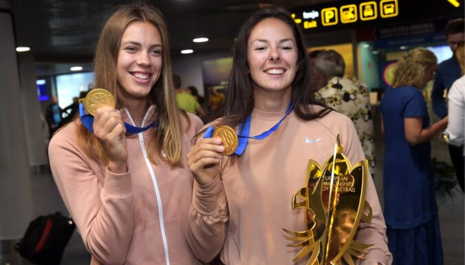 ФОТО: Чемпионок Европы Граудиню и Кравченок торжественно встретили в аэропорту