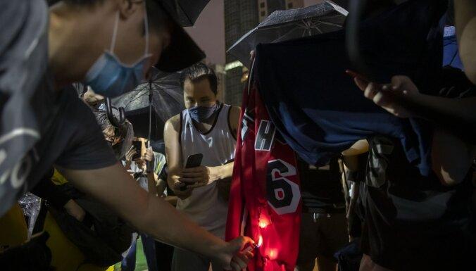 Foto: Honkongā dedzina un mīda Lebrona Džeimsa kreklus