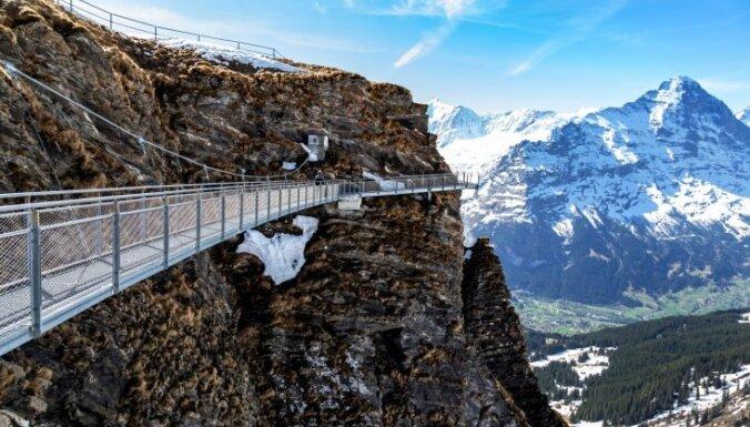 Biedējoša pastaigu taka Šveicē, kas patiks asu izjūtu cienītājiem