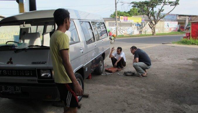Ceļojuma piezīmes: Kā latvieši brauca Indonēzijas vulkāna 'bērniņu' lūkoties