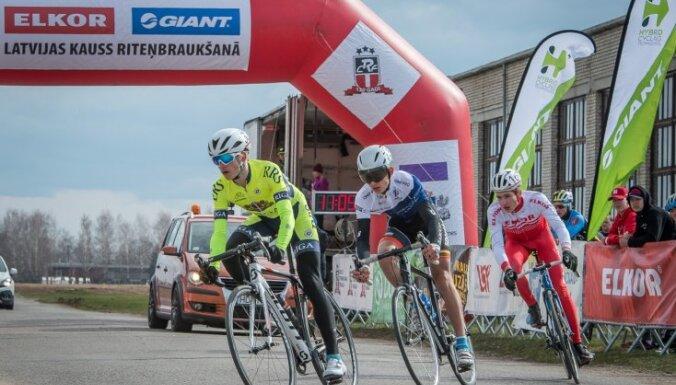 Foto: Vairāk nekā 300 riteņbraucēju sezonu sāk Dobelē