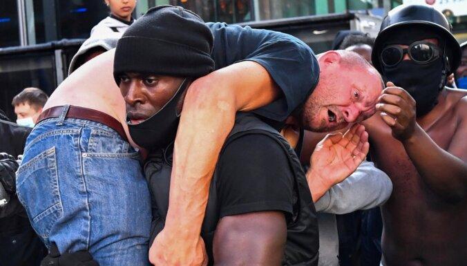 Londonā vardarbīgos protestos aizturēti vairāk nekā 100 cilvēki