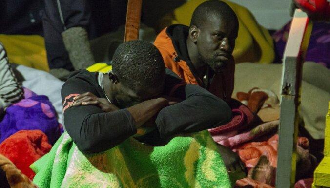 Vācijas aktīvistu kuģis Itālijā nogādās 88 nelegālos imigrantus