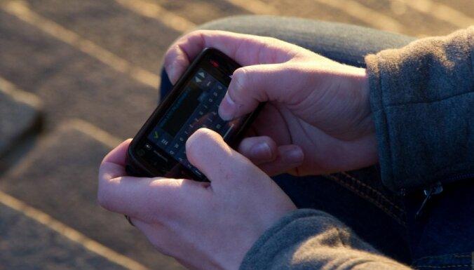 У ребенка на трамвайной остановке отобрали мобильный телефон