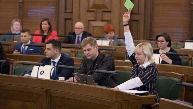 Saeima spītē iebildēm par procedūru un ļauj Rīgas domi ievēlēt uz ilgāku termiņu