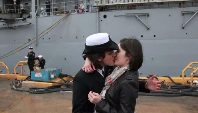 Pirmais atklātais lesbiešu skūpsts ASV armijā