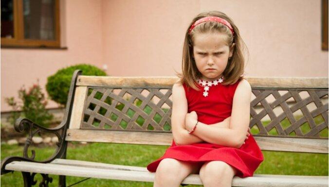 10 bieži lietotas frāzes, kas bērnus padarīs par kompleksainiem pieaugušajiem