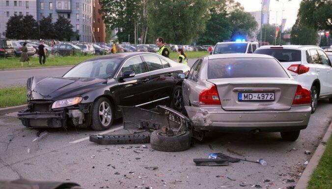 ФОТО: Автомобиль Volvo протаранил шесть машин в Иманте