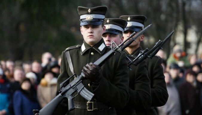 Урбанович: почетный караул у Милды сменил каски по просьбе США