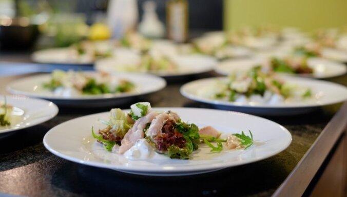 Salāti ar pētersīļu pesto un dateļu jogurta mērci