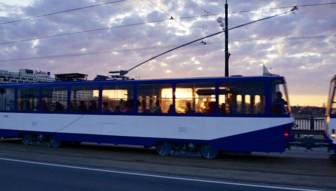 Rīgas centrā atjauno bloķēto tramvaju un trolejbusu satiksmi; pasažieri 'soctīklos' sūrojas par kavēšanos