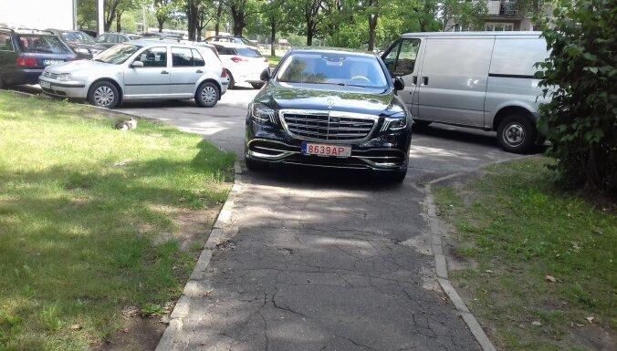 ФОТО: Новый лимузин Maybach припарковался на тротуаре в Риге