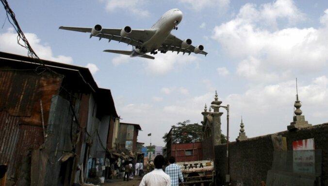 Indijā strādnieku iesūc lidmašīnas dzinējā