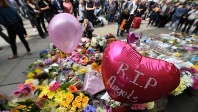 Terorakts Mančestrā: dziedātāja Ariande Grande atceļ Londonas koncertus