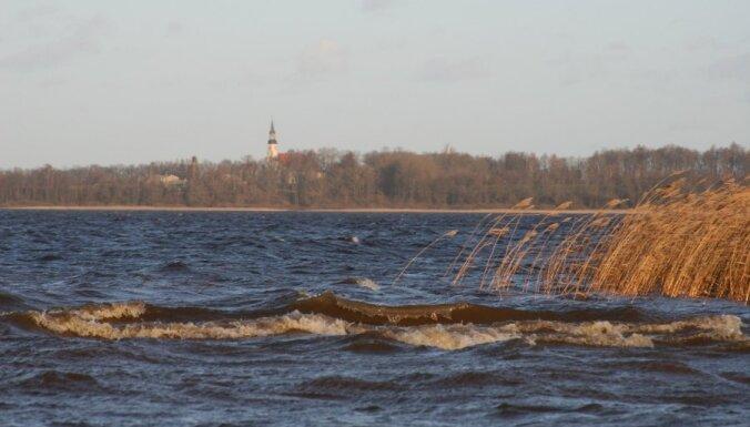 В озере Буртниеку утонул рыбак