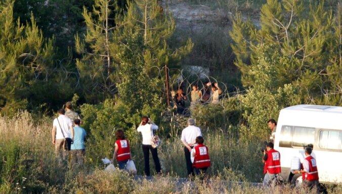 Simtiem sīriešu bēgļu izlaužas līdz Turcijas teritorijai