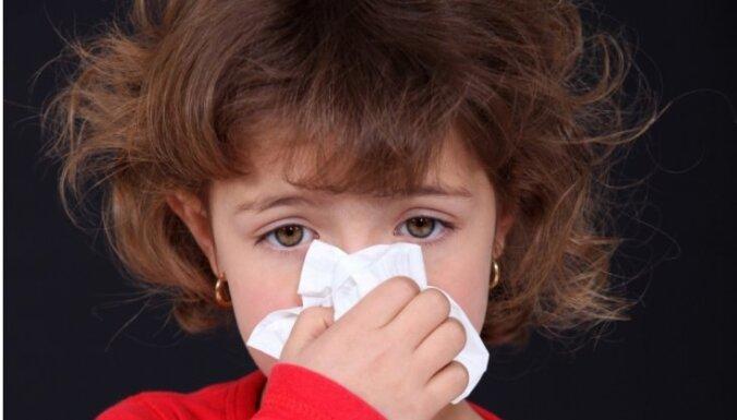 Tipiskākais astmas simptoms - klepus, brīdina bērnu alergologs