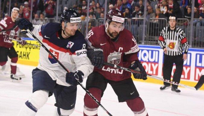 Latvijas hokejisti realizē trīs vairākumus un izcīna otro uzvaru čempionātā