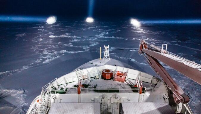 Visu laiku lielākā ekspedīcija Arktikā atradusi ledus gabalu dreifēšanai