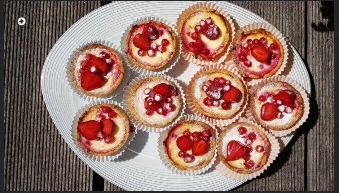 Пирожные со сливочной начинкой и красной смородиной
