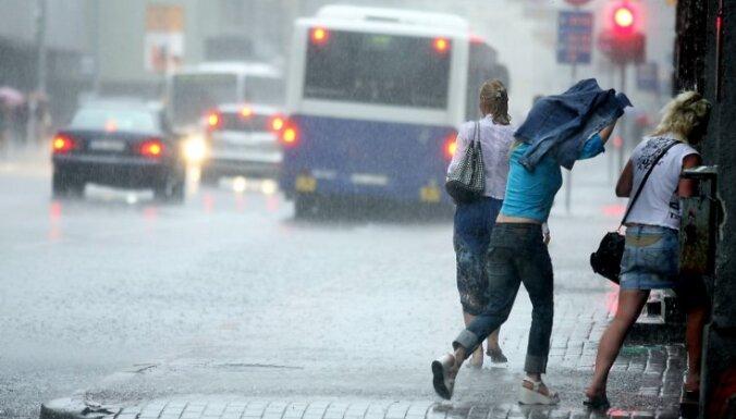 Cilvēki pērkona negaisa laikā.