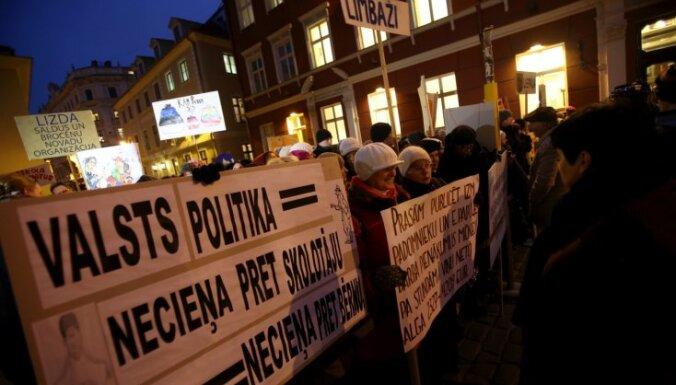 Педагоги грозят провести акции протеста из-за отказа повысить зарплаты учителей