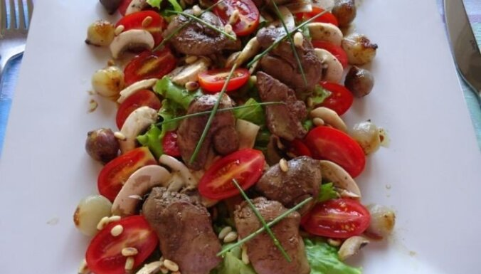 Karstie salāti ar vistas aknām
