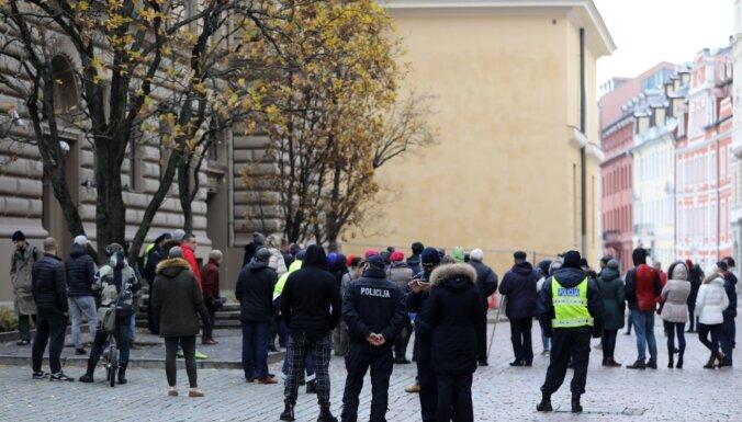 ФОТО: пикет возле здания Сейма за отставку Пуце с поста депутата