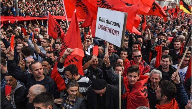 Kosovā opozīcijas demonstrācijā pieprasa valdības demisiju
