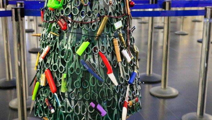 ФОТО. В аэропорту Вильнюса установили елку из запрещенных к провозу предметов