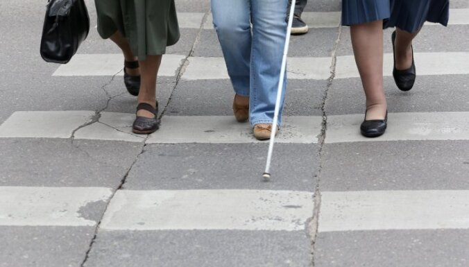 Foto: Gājienā vājdzirdīgo un vājredzīgo atbalstam Rīgas centrā pulcējās astoņi cilvēki