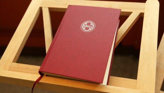 Jaunais Bībeles tulkojums: luterāņiem un katoļiem liegts to lasīt dievkalpojumos