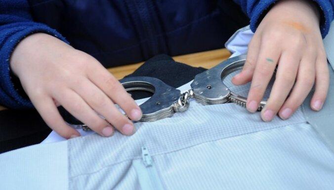 Par vīrieša nosišanu Jēkabpilī aiztur policistu un cietuma uzraugu